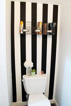 Les rayures de peinture une bonne idée déco pour les wc. Avec une peinture noir et blanc les rayures agrandissent l'empression de volume dan...