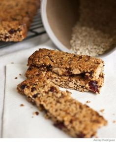 There are few things more nutritious, filling, and convenient than granola bars. Here is our easy recipe! Breakfast Bars, Breakfast For Kids, Breakfast Recipes, Snack Recipes, Breakfast Ideas, School Breakfast, Homemade Breakfast, Easy Recipes, Healthy Recipes