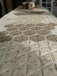 Von Hexies und anderer Liebe - Tischläufer statt Bettvorleger Quilts, Rugs, Home Decor, Patchwork Quilting, Love, Farmhouse Rugs, Decoration Home, Room Decor, Quilt Sets