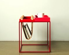 i love this genius little side table with a built-in magazine holder
