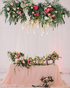 При разработке концепции свадьбы мы не могли оставить без внимания любовь нашей пары к путешествиям и тропическим странам и выбрав шатер на белоснежном пляже дополнили его ярким и невероятно стильным декором. Decor & flowers @decordepartment | photo @andrew_bayda | venue @royal_bar.moscow | concept & planning @jr_wedding