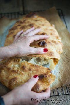 Pizza bianca senza impasto di Jim Lahey - In the mood for pies Bread Recipes, Vegan Recipes, Cooking Recipes, Focaccia Pizza, Jim Lahey, Pizza Bianca, Naan, Pizza Dough, Italian Recipes
