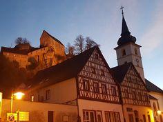Pottenstein Blick vom Marktbrunnen auf die Burg und die Kirche