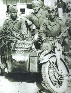 Oberfeldwebel Reideinger (left) was an artillery observer for the 1. Fallschirmjäger Artillrie Abteilung 7 Battalion at Canea, on 24.5.1941, Major Bode, commanding a battalion was killed. Hauptmann Schram (commanding the first battery) who took over....pin by Paolo Marzioli