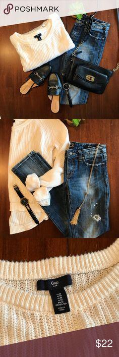 Gap sweater This beautiful off white Long Sleeve text pointe Gap sweater is slightly shorter in the front to give you a great silhouette. Perfect for chilly days.  Medium  100% cotton Machine wash cold GAP Sweaters Crew & Scoop Necks