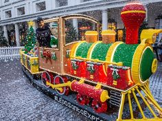 All aboard the LEGO Santa Express! This amazing LEGO train has just gone on display in Covent Garden Piazza in London. Made from over 500000 bricks it took eight people about three months to build! Christmas Train, First Christmas, All Things Christmas, Lego Christmas, Santa Express, Kids News, Lego Trains, Covent Garden, Lego Creations
