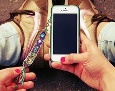 Van een #vriendschapsarmband kun je ook een leuke #telefoonhanger maken! #friendship #bracelet #mobile #chain #inspiration #diy