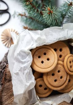 Baking gingerbread cookies with kids is definitely an activity to do while listening to Christmas music, in full view of the Christmas tree all lit up. Christmas Breakfast, Christmas Sweets, Christmas Music, Christmas Baking, Christmas Cookies, Xmas, Christmas Biscuits, Christmas Tree, Baking Recipes