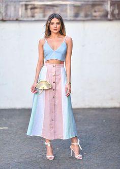 Thassia Naves aposta em look tons pastel que é a cara do verão