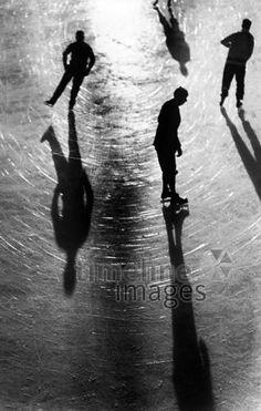 Wintersport: Menschen beim Eislaufen ullstein bild - ullstein bild/Timeline Images #1930 #Schlittschuhlaufen #Eis #IceSkating #Winter #Sport