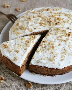 Healthy Carrot Cake - Ik ben zó gek op Carrot Cake! Jammer dat er zo veel suiker in zit.. Dat maakt hem, ondanks de wortel, niet erg gezond. Daarom stond het al een tijdje op mijn to do-list om een gezonde worteltaart t…