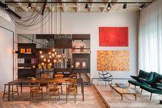 Uma estante de 4,50 m de altura, de espelho e ferro, funciona como uma escultura no Estúdio A, de Roberta Moura, Paula Faria e Luciana Mambrini