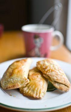 Suolainen murotaikina 3 dl vehnäjauhoja 1 kananmuna 3/4–1 tl suolaa 100 g voita (ei sulatettuna vaan pieneksi kuutioituna) (ja se loraus kermaa) Nypi taikina ja kauli siitä 1/2 cm paksuinen levy, josta saat tehtyä muotilla ympyrän muotoisia pasteijapohjia. Tee pasteijoita kuten puolikuujoulutorttuja, eli laita täytettä puolikkaalle pasteijapohjalle, käännä toinen reuna yli ja sulje haarukalla painellen reunoista, voitele pasteijat munalla ja paista 225 asteessa noin 10 minuuttia.