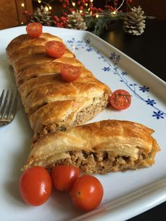 Gombás, darált hús tésztaköntösben - ÍZcsiklandozó Cheesesteak, Hot Dog Buns, Baked Goods, Food And Drink, Pie, Bread, Cookies, Baking, Ethnic Recipes