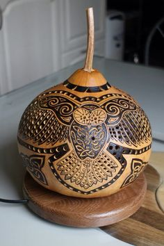 "Non-expert: ""WOW, That's the most beautiful gourd art I've ever seen! Hand Painted Gourds, Decorative Gourds, Luminaire Original, Wood Burning Crafts, Gourd Lamp, Art Carved, Beaded Jewelry Patterns, Dremel, Pyrography"