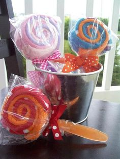 This listing is for 1 triple washcloth lollipop. Perfect as a baby shower gift or as a baby shower decoration. These lollis are sure to impress both the mommy-to-be and everyone else who sees these little gems!    Ingredients:  ~3 soft baby washcloths  ~1 infant feeding spoons    Please specify