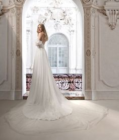 The beautiful Emma gown | Noa Emanuel | La Magica Fioritura Collection | #noaemanuel #bride #bridal #brides #wedding #weddingdress #weddinggown