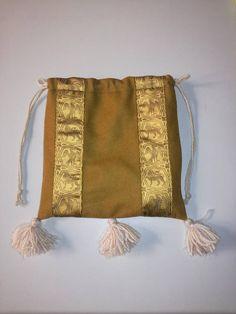 Limosnera siglo XIII  XV confeccionada en paño de lana con adornos de seda. https://www.etsy.com/es/listing/264967887/limosnera-siglo-xiii-xv-confeccionada-en?ref=shop_home_active_26