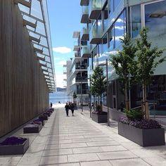 Gangvei mot sjøen - Tjuvholmen, Oslo #apartments #condo #tjuvholmen #astrupfearnleymuseet #architecture #arkitektur #modern #ocean #oslo #norway