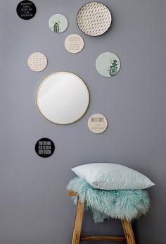 Houten krukje met mint groene kussens en borden aan de muur | a wooden stool with mint green pillows | Bloomingville