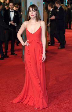 Dakota Johnson en robe nuisette rouge Dior