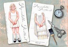 Nostalgiske papirdukkekort. Disse kortene er STORE og flotte. Fine å henge på veggen hvis man ikke har hjerte til å klippe i dem. Mål: ca 29cm x 14,9 cm
