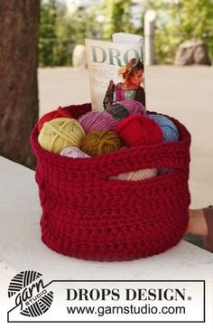 """Finders keeper by DROPS Design """"Take your knitting project everywhere you go …"""" Crochet DROPS basket in """"Polaris"""". Crochet Diy, Crochet Bowl, Crochet Storage, Crochet Basket Pattern, Crochet Gratis, Crochet Hooks, Crochet Patterns, Crochet Baskets, Crochet Design"""