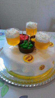 Bolo de prestígio decorado com taças de cervejas e petiscos.