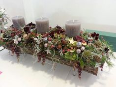 15 Fabulous Christmas Candle Decoration Ideas To Delight Your Holiday Christmas Advent Wreath, Christmas Candle Decorations, Advent Candles, Christmas Flowers, Christmas Candles, Flower Decorations, Table Decorations, Candle Arrangements, Christmas Arrangements