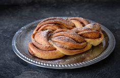 Jestli milujete sladké a rádi si dopřejete i báječnou nedělní snídani s kakaem nebo bílou kávou, zkuste si upéct skořicový pletenec. Cukrářské triky staré více než 120 let předvedla Anna Pytlíková z Holýšova na Plzeňsku.