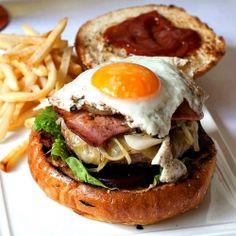 burger Aussie Food, Australian Food, Aussie Burger Recipe, Burger Recipes, Egg Recipes, Gourmet Burgers, Hamburgers, Cheeseburgers, Beef Patty