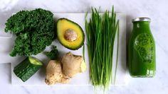 Vihreä smoothie kourallinen lehtikaalia pala kurkkua ½ avokado pala inkivääriä kourallinen vehnänorasta 1 limetin puristettu mehu laadukasta suolaa kylmää vettä tai jääpaloja tai kylmää vihreää teetä esim. matchateetä