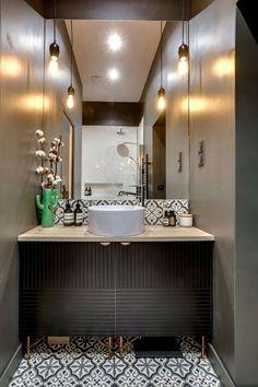 Une salle de bains en total look noir pour un esprit cossu