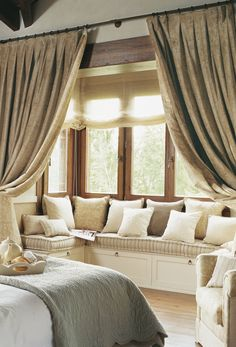 Beautiful window seat. Layered drapes with thin shades and lots of comfy pillows.  ElMueble.com · Dormitorios