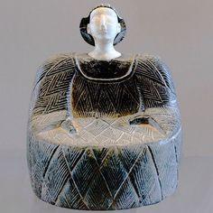 """Statuette de femme vêtue d'un kaunakès, appelée """"Princesse de Bactriane"""" Bactriane 9/3 La Bactriane correspond à la région d'Afghanistan située au nord des chaînes de montagnes de l'Hindu Kush. Elle connut dans le courant du IIIe millénaire et au début du IIe millénaire av. J.-C. une ère de prospérité, liée à sa position privilégiée de fournisseur de matières premières pour la Mésopotamie. Elle développa une métallurgie spectaculaire et une petite statuaire très originale de personnages…"""