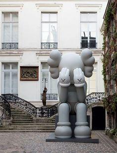 KAWS Companion (Passing Through) at Galerie Perrotin in Paris. Superflat, Toy Art, Arte Pop, Kaws Wallpaper, Arte Lowbrow, Yorkshire Sculpture Park, Culture Pop, British Countryside, Expo