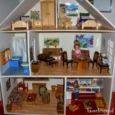 old homemade dollhouse with mixed furnishings. #dollhouse #dollhouseminiatures #dockskap #dockskåp #dukkehus #miniatures #decorationlivingroom #dollhousefurnitures #dukkehusmøbler #dollhousefurniture #dollhousefurnishings #poppenhuis #puppenhaus #dukkehus #dollhouseplay #dollhouseplaytime