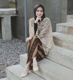 Dari dulu, kebaya selalu menjadi outfit kondangan formal yang biasa digunakan. Jika kamu berpikir bahwa model atasan brokat gitu-gitu aja, kamu salah ladies. Kini sudah banyak beragam model baju brokat sebagai atasan hijab kekinian yang banyak digandrungi anak muda. Penasaran seperti apa? Simak yuk! Kebaya Lace, Kebaya Dress, Hijab Dress, Dress Pesta, Kebaya Muslim, Kebaya Hijab, Batik Fashion, Abaya Fashion, Muslim Fashion
