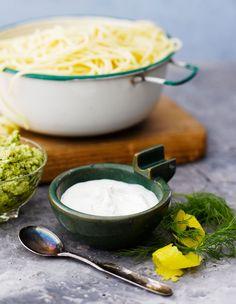 Herkullinen sitruunakastike valmistuu muutamasta raaka-aineesta. Sekoita pastaan tai tarjoa vaikka kalan ja perunoiden kanssa.