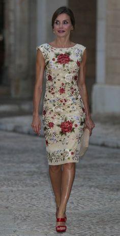 Queen Letizia of Spain in sleeveless white floral sheath dre.- Queen Letizia of Spain in sleeveless white floral sheath dress. Elegant Dresses, Pretty Dresses, Casual Dresses, Short Dresses, Fashion Dresses, Dresses For Work, Summer Dresses, Sexy Dresses, Formal Dresses
