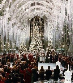 Proof that Christmas at Hogwarts is the best! wedding ideas december Proof That Hogwarts is the Best Place on Earth to Celebrate Christmas Hogwarts Christmas, Harry Potter Christmas, Harry Potter Hogwarts, Merry Christmas, White Christmas, Xmas, Beautiful Christmas, Harry Potter Navidad, Harry Potter Weihnachten