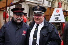 Zwei Originale in Uniform: Heilsarmee-Major Poldi Walz und ein Berliner Polizist.