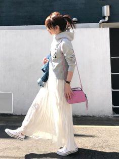 ロゴパーカー × マキシスカート 最近毎日あたたかくて、オシャレが楽しいですね 白