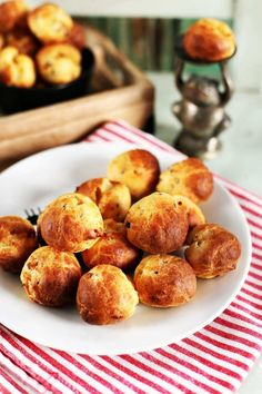 Nassoljatok baconos sajtgolyókat!   Street Kitchen Cookie Cups, Pretzel Bites, Baked Potato, Ham, Muffin, Good Food, Food And Drink, Bread, Snacks