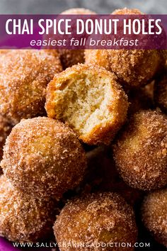 Baked and completely easy chai spice donuts make every morning this Fall season extra delicious. Ready in under 30 minutes! Donut Recipes, Snack Recipes, Dessert Recipes, Cooking Recipes, Snacks, Beignets, Fall Breakfast, Breakfast Recipes, Köstliche Desserts