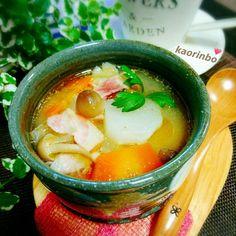おはようございます♪ 先週の大寒波には参りましたね〜 こちら週明けの今朝も気温は氷点下! 一年で一番寒いこの時期とはいえもうそろそろ緩んでもいいんじゃない?!と本気で思います(≧ω≦) そんな寒い日は具沢山の熱々スープで身体を温めた〜い♪ お野菜と一緒に生姜、ニンニク、胡麻、味噌が入っていてコクのある欲張りなスープ作りました( *´꒳`*) 和・洋・中、どれでもあってどれでもないような?不思議〜なスープなんですよ(*´艸`) さて、そんなこんなで… この度この投稿をもちまして900のキリ番踏ませていただきました(ノ´∀`*) 今年でペコリ歴4年目に突入するというのに本当にぼちぼち投稿で性格通りののんびりペース……(∀`*ゞ)テヘッ ここまで続けて来られたのは美味しそうなお料理とそのレシピをアップしてくださるぺコラーさん、そして仲良くしてくださる皆さんがいてくださればこそ♪ 皆さんの素敵なレシピのお陰でうちの日々の献立が決まり、レパートリーが増え、食卓が豊かになるという、ペコリを始める前とは劇的に変化した我が家のごはん事情…(*´艸`)ぷー! ...