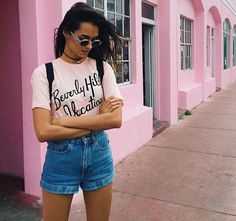 Look da modelo Gizele Oliveira com shorts jeans + t-shirt.
