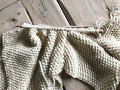 ¿Te atreves a tejer un jersey en punto arroz? | SANTA PAZIENZIA Knit Fashion, Womens Fashion, Knitting Patterns, Pullover, Natural, Knitting Sweaters, Templates, Outfits, Vestidos