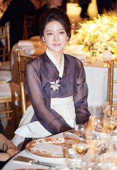 Lee Young Ae (이영애) dons hanbok elegantly like no other Korean Hanbok, Korean Dress, Korean Outfits, Korean Clothes, Korean Traditional Dress, Traditional Fashion, Traditional Dresses, Korean Beauty, Asian Beauty