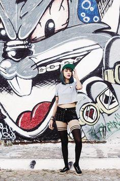 OOTD: Alien 👽 - Look com blusa cinza, estampa de alien, short com spikes, meia-calça, vans e boné no blog Relíquias da Lara. Street art e grafite.